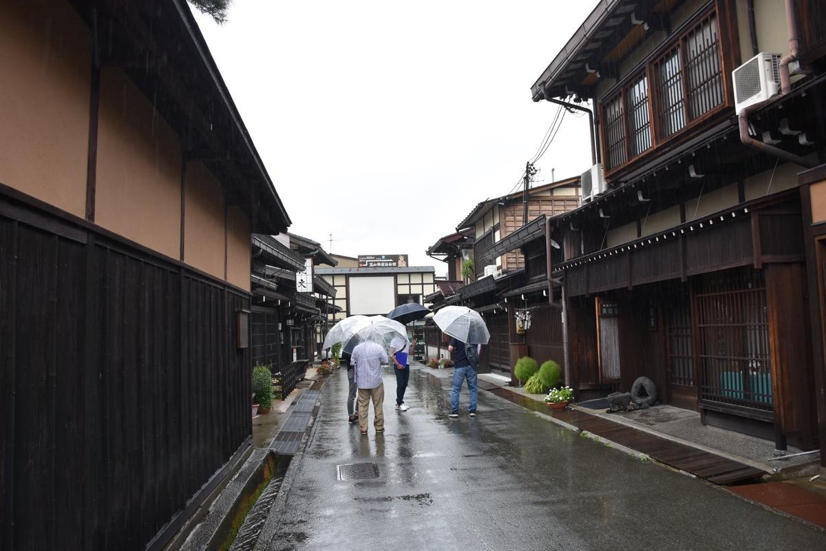 高山名物の古い町並みで調査する大学生